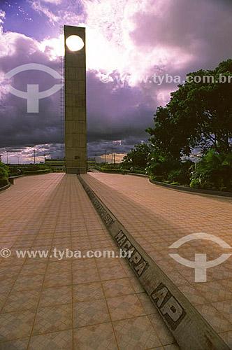 Imagem do monumento Marco Zero do Equador durante o fenômeno do equinócio, quando o sol está exatamente sobre a linha do equador - Macapá - AP - 21 de março de 2000.  - Macapá - Amapá - Brasil