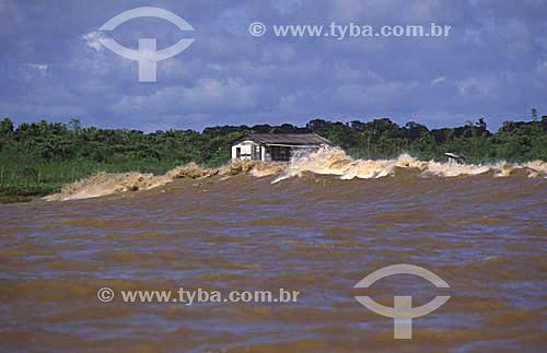 Pororoca e habitação ribeirinha no rio Araguari - Amapá(março de 1999)  - Amapá - Brasil