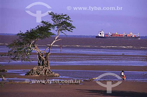 Rio Amazonas - pessoas na margem durante a maré baixa - navio de containers ao fundo - Macapá - AP - Brasil  - Macapá - Amapá - Brasil
