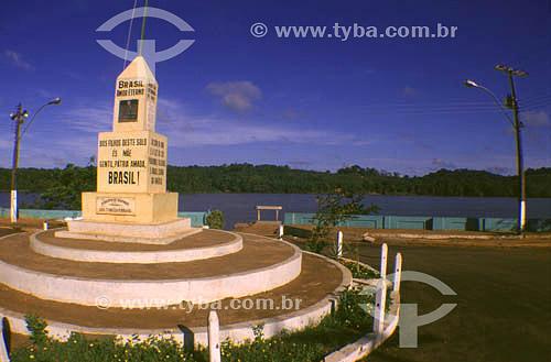 Marco de fronteira nacional (Brasil - França/Guiana Francesa), com rio Oiapoque ao fundo, no município de Oiapoque - AP - Brasil  - Oiapoque - Amapá - Brasil