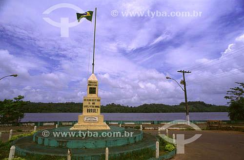 Marco de fronteira nacional (Brasil - França/Guiana Francesa), com rio Oiapoque ao fundo, no município de Oiapoque - AP - Brasil - 2001  - Oiapoque - Amapá - Brasil
