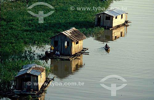 Casas flutuantes e barco da população ribeirinha - Manaus - AM - Brasil  - Manaus - Amazonas - Brasil