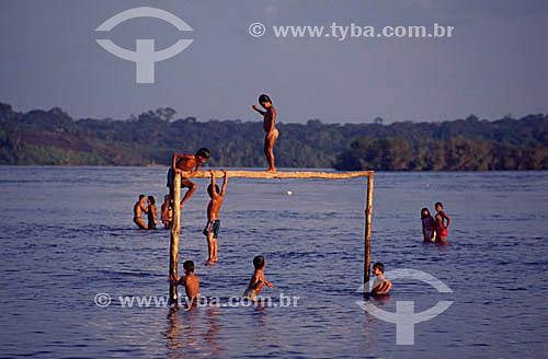Crianças brincando, usando uma trave de futebol como trampolim no Alto Rio Negro - São Gabriel da Cachoeira - Rio Negro - AM - Brasil  - São Gabriel da Cachoeira - Amazonas - Brasil