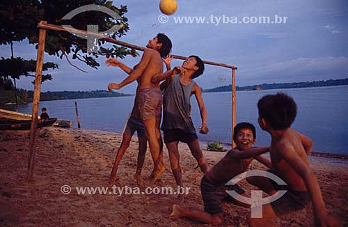 Meninos jogando futebol na praia de São Gabriel da Cachoeira - Alto Rio Negro - AM - Brasil  - São Gabriel da Cachoeira - Amazonas - Brasil