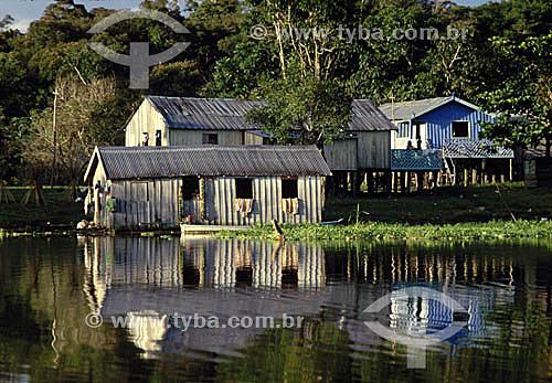 Habitantes da Amazônia - Casas de madeira à beira-rio, típicas das populações ribeirinhas - Rio Negro - AM - Amazônia - Brasil  - Amazonas - Brasil