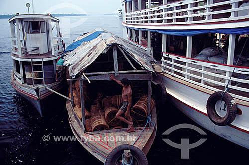 Barcos transportando piaçaba, fibra usada na fabricação de vassouras - Barcelos, antiga capital do Estado do Amazonas - AM - Amazônia - Brasil  - Barcelos - Amazonas - Brasil
