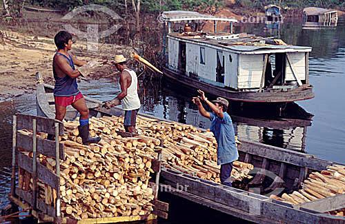 Barco descarregando palmito -  Barcelos, antiga capital do Estado do Amazonas - AM - Amazônia - Brasil   - Barcelos - Amazonas - Brasil