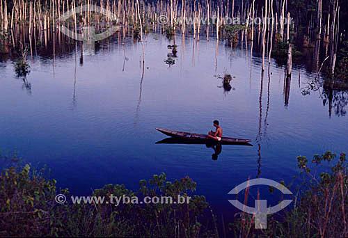 Homem em uma canoa no Lago do Limão - AM - Brasil  - Amazonas - Brasil