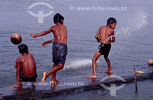 Crianças brincando com bola no rio - São Raimundo do Jarauá - AM - Brasil  - Tefé - Amazonas - Brasil