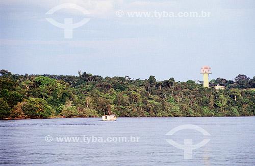 Barco no Alto Rio Negro  e a Torre do Projeto SIVAM - Sistema de Vigilância da Amazônia ao fundo -  São Gabriel da Cachoeira - AM - Amazônia - Brasil  - São Gabriel da Cachoeira - Amazonas - Brasil