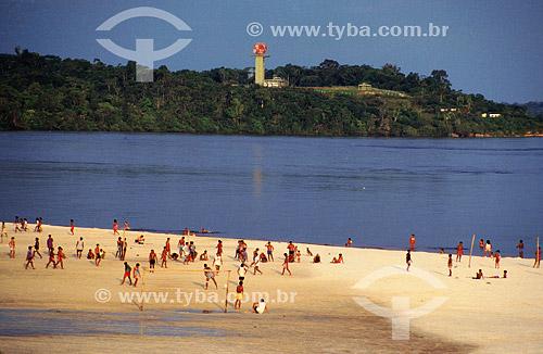 Pessoas na praia em São Gabriel da Cachoeira com Torre do Projeto SIVAM - Sistema de Vigilância da Amazônia ao fundo - Alto Rio Negro - AM - Brasil  - São Gabriel da Cachoeira - Amazonas - Brasil