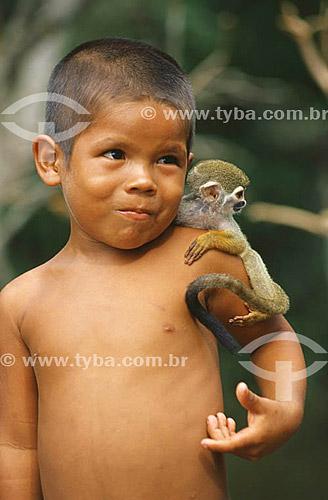 Menino com um Macaco de Cheiro (Saimiri sciureus) - Arlison da Silva Coelho (foto autorizada) - Município de Iranduba - AM - julho de 2001 - Brasil  - Iranduba - Amazonas - Brasil