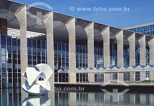 Fachada do Palácio do Itamaraty (sede do Ministério de Relações Exteriores) com a escultura