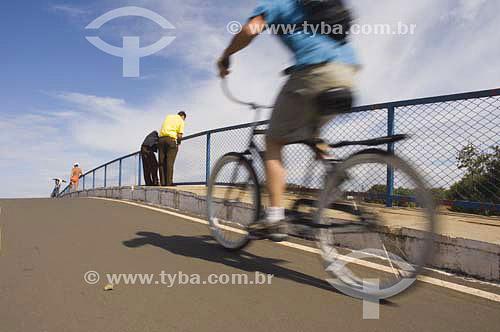 Ciclista - Parque da cidade em Brasilia - DF - Brasil - agosto 2005  - Brasília - Distrito Federal - Brasil