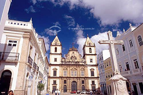 Cruzeiro em primeiro plano situado no Largo do Cruzeiro de São Francisco, praticamente uma extensão do Terreiro de Jesus e, ao fundo, parte do conjunto religioso formado pela Igreja e Convento de São Francisco e a Igreja da Ordem Terceira de São Francisco (1) - Pelourinho - Salvador (2) - BA - Brasil(1) A igreja é Patrimônio Histórico Nacional desde 25-05-1938.(2) A cidade é Patrimônio Mundial pela UNESCO desde 06-12-1985.  - Salvador - Bahia - Brasil