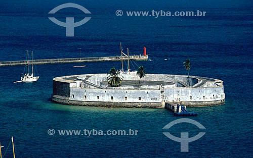 Forte São Marcelo (1) na Baía de Todos os Santos com três coqueiros em seu interior - Salvador (2) - BA - Brasil(1) O forte é Patrimônio Histórico Nacional desde 24-05-1938.(2) A cidade é Patrimônio Mundial pela UNESCO desde 06-12-1985.  - Salvador - Bahia - Brasil