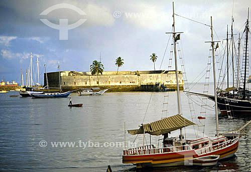 Forte São Marcelo (1) na Baía de Todos os Santos com barcos em primiero plano e três coqueiros em seu interior - Salvador (2) - BA - Brasil(1) O forte é Patrimônio Histórico Nacional desde 24-05-1938.(2) A cidade é Patrimônio Mundial pela UNESCO desde 06-12-1985.  - Salvador - Bahia - Brasil