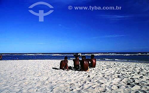 Grupo de homens conversando na areia da praia com barco de pescador ao fundo - Salvador - Bahia - Brasil  - Salvador - Bahia - Brasil