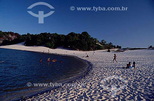 Pessoas nas areias brancas e águas negras da Lagoa de Abaeté - Salvador - Bahia - Brasil  - Salvador - Bahia - Brasil