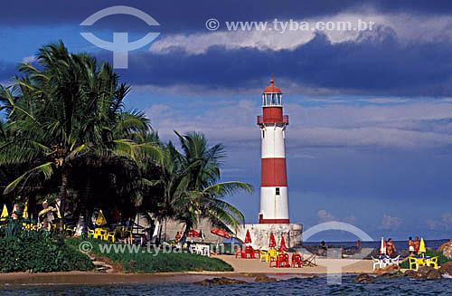 Pessoas na praia perto do Farol de Itapuã - Salvador - Bahia - Brasil  - Salvador - Bahia - Brasil