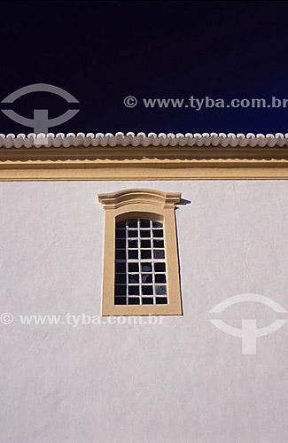 Detalhe de arquitetura - Janela colonial do Paço Municipal (1773, século 18), antiga Câmara e Cadeia, atual sede do Museu do Descobrimento - Centro histórico de Porto Seguro - Litoral sul da Bahia - Brasil A área denominada Costa do Descobrimento (Reserva da Mata Atlântica) é Patrimônio Mundial pela UNESCO desde 01-12-1999 e nela estão localizadas 23 áreas de proteção ambiental na Bahia (incluindo Porto Seguro).  - Porto Seguro - Bahia - Brasil