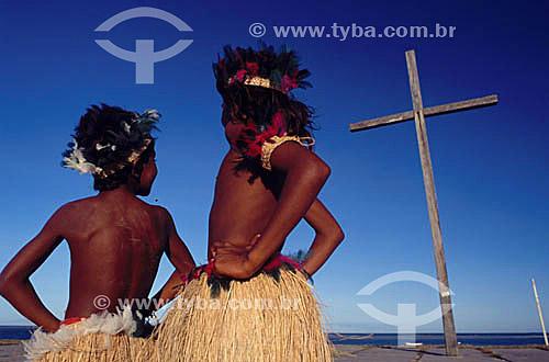 Assunto: Dois meninos índios da tribo Pataxós em frente a Cruz em Coroa Vermelha , onde foi celebrada a primeira Missa no Brasil / Local: Santa Cruz de Cabrália - Bahia  (BA) - Brasil / Data: 2000