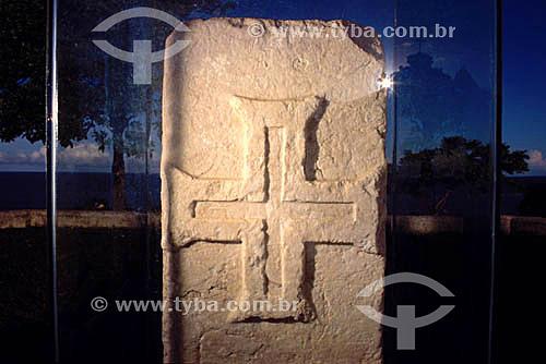 Marco Padrão ou Marco do Descobrimento (1503), com a Cruz de Malta, símbolo de Portugal, esculpida em pedra - Porto Seguro  - BA - Brasil  A área denominada Costa do Descobrimento (Reserva da Mata Atlântica) é Patrimônio Mundial pela UNESCO desde 01-12-1999 e nela estão localizadas 23 áreas de proteção ambiental na Bahia (incluindo Porto Seguro).  - Porto Seguro - Bahia - Brasil