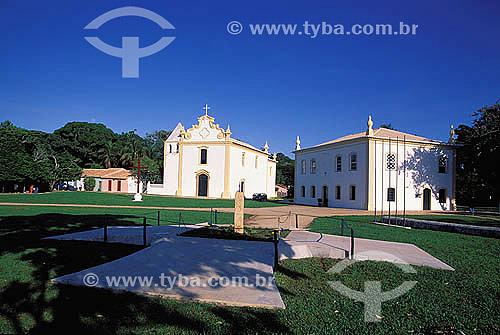 Em primeiro plano: Marco Padrão ou Marco do Descobrimento, (1503) com o brasão da coroa de Portugal esculpido em pedra. Ao fundo:  Igreja Nossa Senhora da Pena (1535) à esquerda e o Paço Municipal (1773), antiga Câmara e Cadeia e atual Museu do Descobrimento à direita - Centro Histórico de Porto Seguro  - Litoral sul da Bahia - Brasil / Data: 2002  A área denominada Costa do Descobrimento (Reserva da Mata Atlântica) é Patrimônio Mundial pela UNESCO desde 01-12-1999 e nela estão localizadas 23 áreas de proteção ambiental na Bahia (incluindo Porto Seguro).