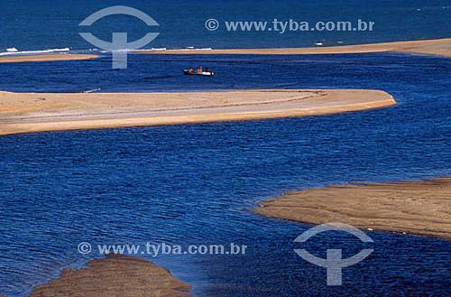 Barra do Caí, local para onde Pedro Alvares Cabral enviou Nicolau Coelho de canoa para o primeiro encontro entre o português e o índio na tarde de de 23 de abril de 1500 - litoral sul da Bahia - Brasil  A área denominada Costa do Descobrimento (Reserva da Mata Atlântica) é Patrimônio Mundial pela UNESCO desde 01-12-1999 e nela estão localizadas 23 áreas de proteção ambiental na Bahia (incluindo Porto Seguro)  - Porto Seguro - Bahia - Brasil