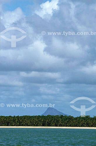 Monte Pascoal ao fundo com faixa de mar, areia e coqueiros na frente - Parque Nacional do Monte Pascoal  - sul da Bahia - Brasil  A área denominada Costa do Descobrimento (Reserva da Mata Atlântica) é Patrimônio Mundial pela UNESCO desde 01-12-1999, abrangendo 08 áreas de 08 áreas de reservas naturais (entre elas o Parque Nacional Monte Pascoal), localizadas ao sul da Bahia e norte do Espírito Santo.  - Porto Seguro - Bahia - Brasil