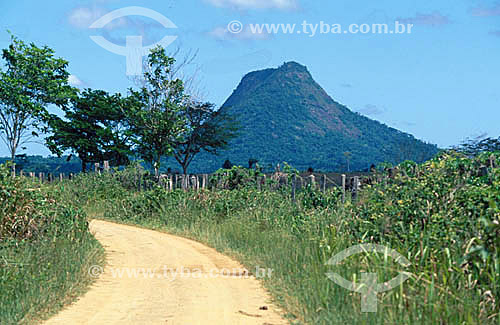 Estrada de terra e o Monte Pascoal ao fundo - Parque Nacional do Monte Pascoal  - sul da Bahia - Brasil (2006)  A área denominada Costa do Descobrimento (Reserva da Mata Atlântica) é Patrimônio Mundial pela UNESCO desde 01-12-1999, abrangendo 08 áreas de 08 áreas de reservas naturais (entre elas o Parque Nacional Monte Pascoal), localizadas ao sul da Bahia e norte do Espírito Santo.  - Porto Seguro - Bahia - Brasil
