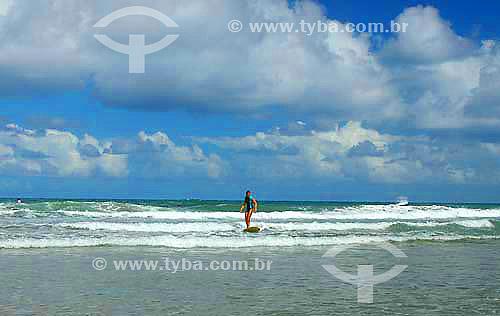 Surfista na Praia da Engenhoca -Itacaré - litoral sul da Bahia - Costa do Cacau - Janeiro 2006  - Itacaré - Bahia - Brasil