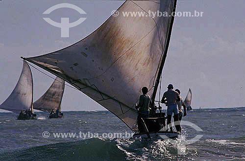 Homens navegando jangadas na praia de Caponga - litoral do Ceará - Brasil  - Ceará - Brasil