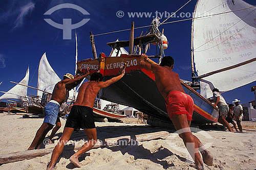 Assunto: Pescadores empurrando jangada na Praia de Caponga   / Local: Cascavel - Ceará (CE) - Brasil / Data: 10/2006