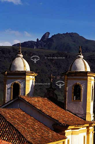 Detalhe de igreja com o Pico do Itacolomi  ao fundo - Ouro Preto  - MG - Brasil A cidade de Ouro Preto é Patrimônio Mundial pela UNESCO desde 05-09-1980.  - Ouro Preto - Minas Gerais - Brasil