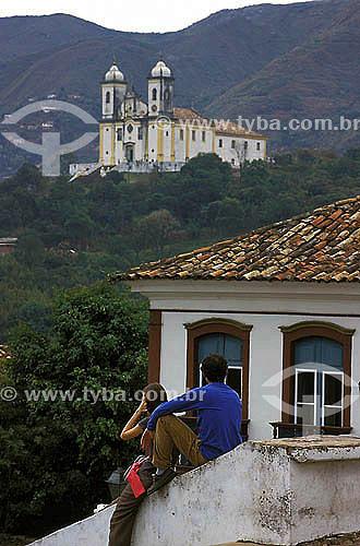 Casal de turistas olhando igreja -  Ouro Preto - Minas Gerais - Brasil A cidade de Ouro Preto é Patrimônio Mundial pela UNESCO desde 05-09-1980.  - Ouro Preto - Minas Gerais - Brasil