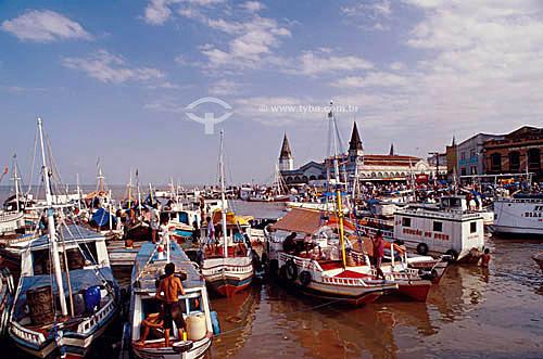 Barcos com pessoas - Mercado do Ver-o-Peso - Belém - PA - Brasil  O mercado Ver-o-Peso criado em 1688 é hoje o principal ponto turístico de Belém; é Patrimônio Histórico Nacional desde 9-11-1977 e o tombamento inclui as áreas adjacentes ao conjunto Ver-o-Peso.  - Belém - Pará - Brasil