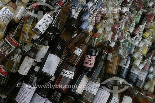 Garrafinhas de perfumes e remedios feitos a partir de ervas aromáticas e medicinais da Amazonia - Mercado Ver-o-Pêso - Belém - Pará - 2004  - Belém - Pará - Brasil