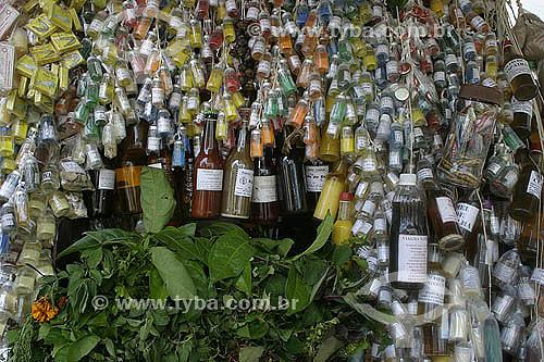 Garrafinhas de remedios e perfumes feitos a partir de ervas aromaticas e medicinais da Amazonia - Mercado Ver-o-peso - Belém - Pará - Brasil - 2004  - Belém - Pará - Brasil