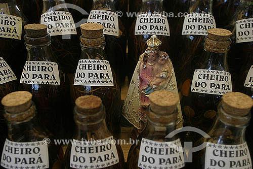 Perfume CHEIRO DO PARA feito a partir de ervas aromaticas da Amazonia, Mercado Ver-o-Pêso, Belém - Pará - 2004  - Belém - Pará - Brasil