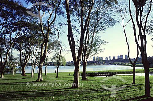Árvores e  gramado no Parque Barigui - Curitiba - Paraná - 2002  - Curitiba - Paraná - Brasil
