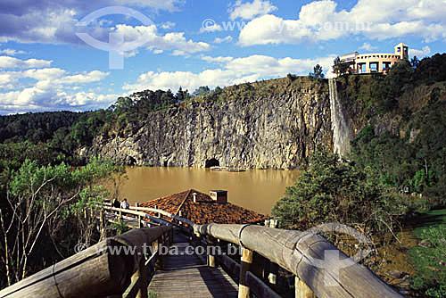 Passarela, lago e cachoeira - Parque Tanguá - Curitiba - Paraná - 2002  - Curitiba - Paraná - Brasil