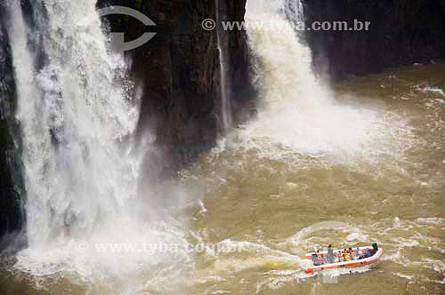 Bote com turistas nas redondezas da Foz do Iguaçu - PR - Brasil  - Foz do Iguaçu - Paraná - Brasil