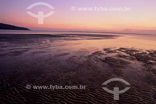 Areia molhada ao pôr-do-sol na Ilha do Mel - Paraná - Brasil - Agosto 2000  - Paranaguá - Paraná - Brasil