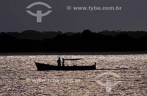 Silhoeta de casal em um barco ao entardecer - Ilha de Superagüi - Paraná - Brasil / Data: 12/1997