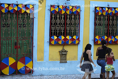 Arquitetura - Sombrinhas de frevo decorativas na fachada - Olinda - PE - Brasil - Jun/2007  - Olinda - Pernambuco - Brasil