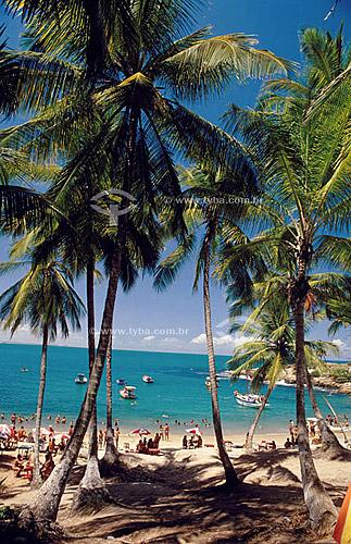 Praia com palmeiras, gente e barcos - Calhetas - Pernambuco - Brasil  - Cabo de Santo Agostinho - Pernambuco - Brasil