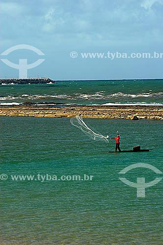 Pescador jogando a rede no mar em Muro Alto - Litoral de Pernambuco - Brazil  - Ipojuca - Pernambuco - Brasil