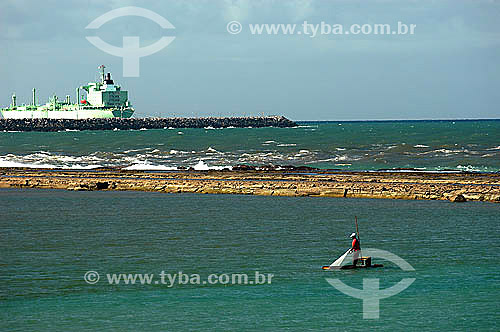 Pescador em primeiro plano com navio ao fundo em Muro Alto - litoral de Pernambuco - Brasil  - Ipojuca - Pernambuco - Brasil