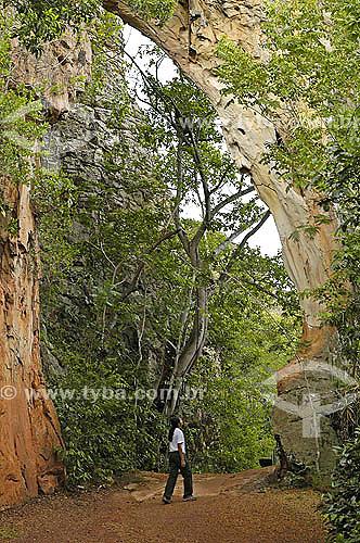 Pessoa embaixo de formação rochosa - Parque Nacional de Sete Cidades -  Piauí - Brasil - Fevereiro 2006  - Piauí - Brasil